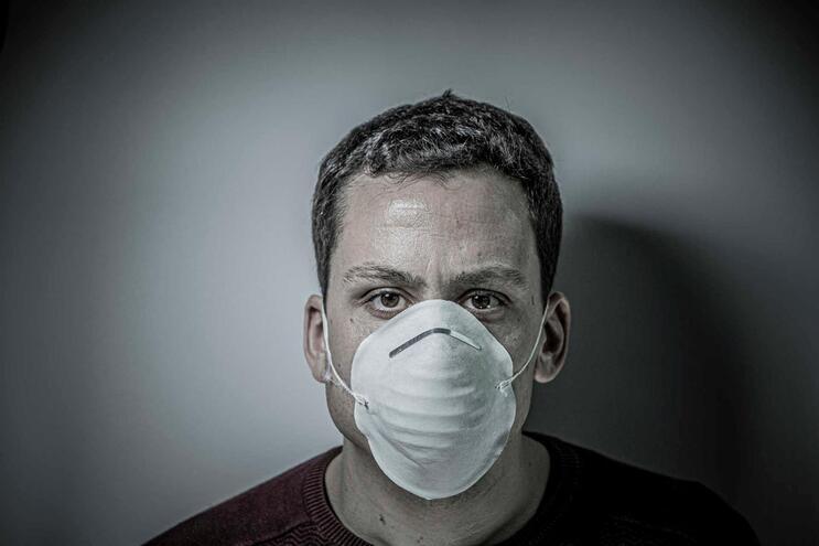 Há falta de máscaras para todos no mercado