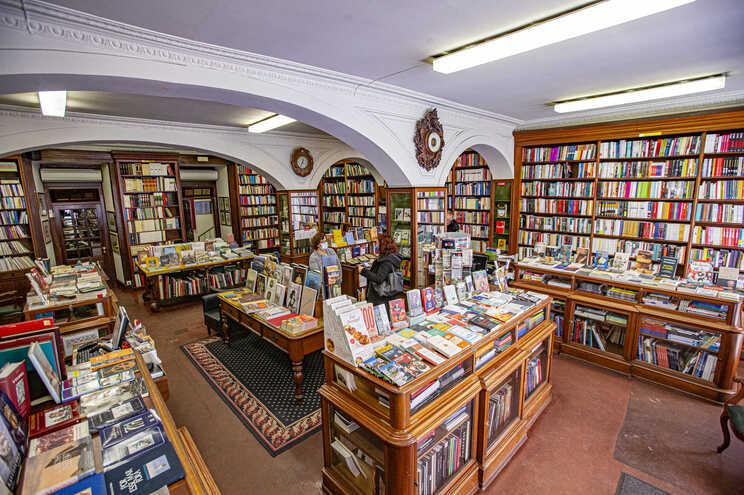Reclamou-se a declaração do livro e das livrarias como bens essenciais