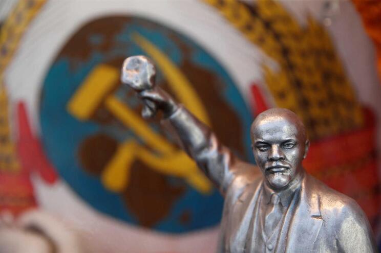 Estátua de Vladimir Lenin numa loja perto da Praça Vermelha, em Moscovo, Rússia