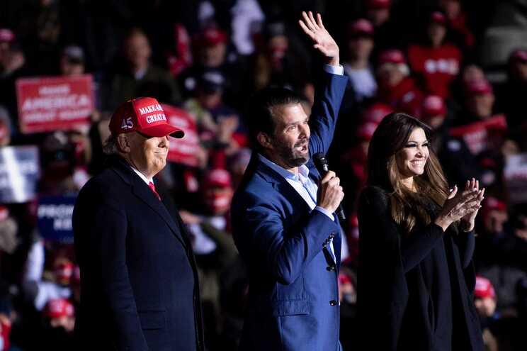 Donald Trump Jr. (ao centro)
