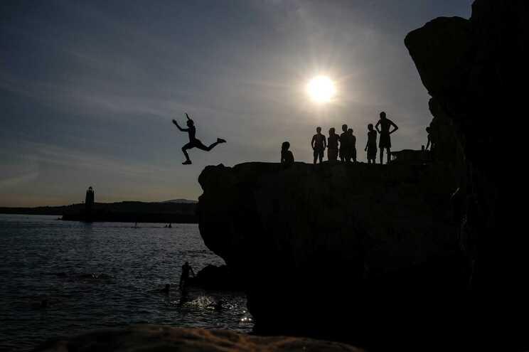 Pessoas saltam para o Mar Mediterrâneo em Nice, França