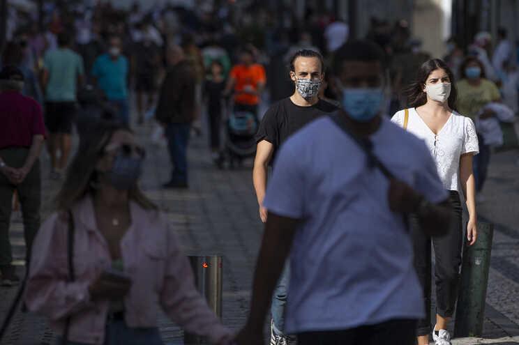 Máscara obrigatória na rua até meio de setembro