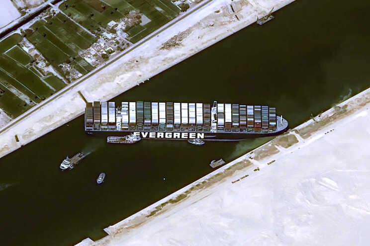 O navio Ever Given ficou atravessado no Canal de Suez e não se sabe quando voltará a navegar