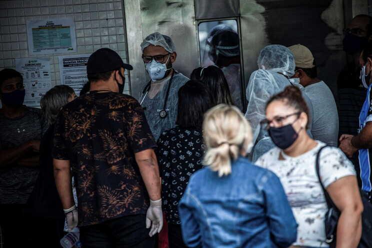 Profissionais de saúde à porta de hospital de Manaus