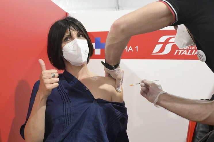 Em Itália, 10.511.111 pessoas já receberam as duas doses da vacina (17,74% da população)