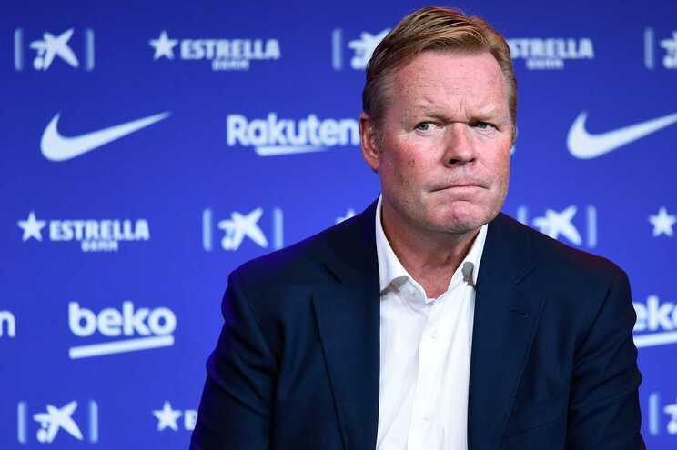 O treinador de futebol do FC Barcelona, Ronald Koeman