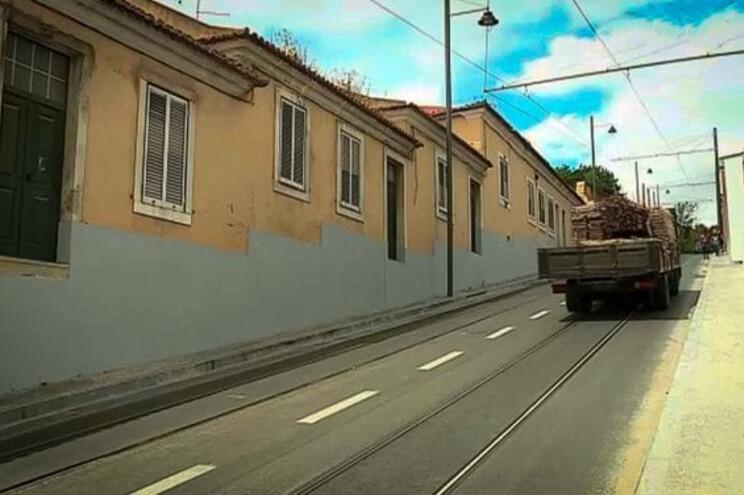 Casas ficaram com portas sem acesso pela Calçada da Ajuda
