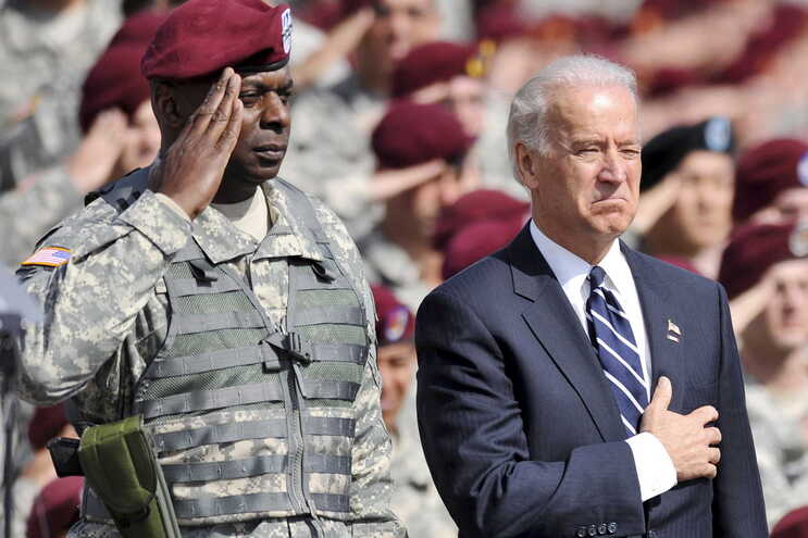 Joe Biden com Lloyd J. Austin (à esquerda)