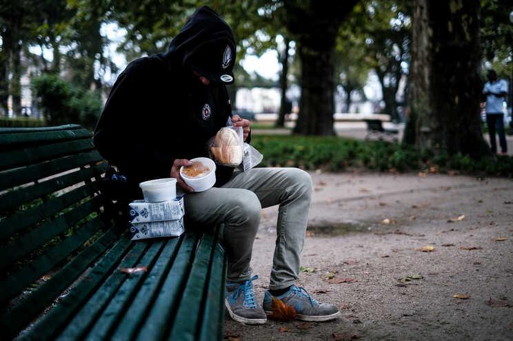Apoios sociais do Estado são escassos e não tiram as pessoas da pobreza