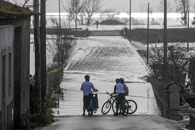 Rotura iminente de dique obriga a evacuação de Casal Novo do Rio