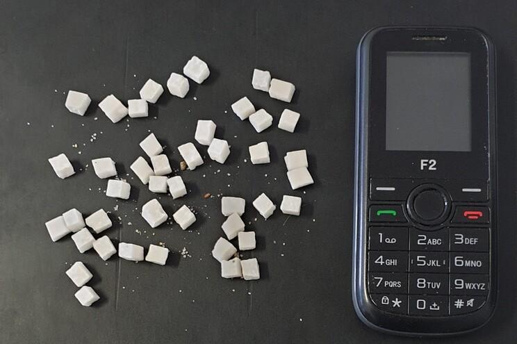 Foi apreendida cocaína suficiente para aproximadamente 50 doses de consumo diário e um telemóvel