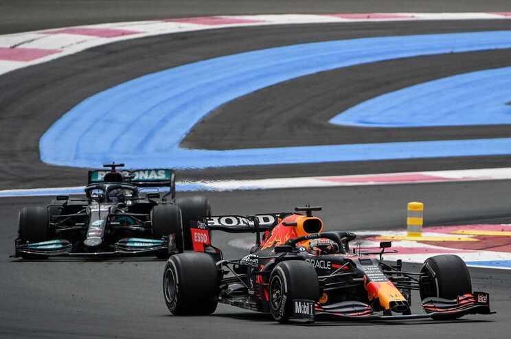 Verstappen passa Hamilton a duas voltas do fim e vence em França