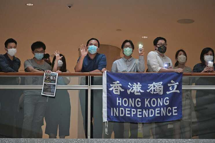 Protesto num centro comercial enquanto a polémica lei é debatida no parlamento