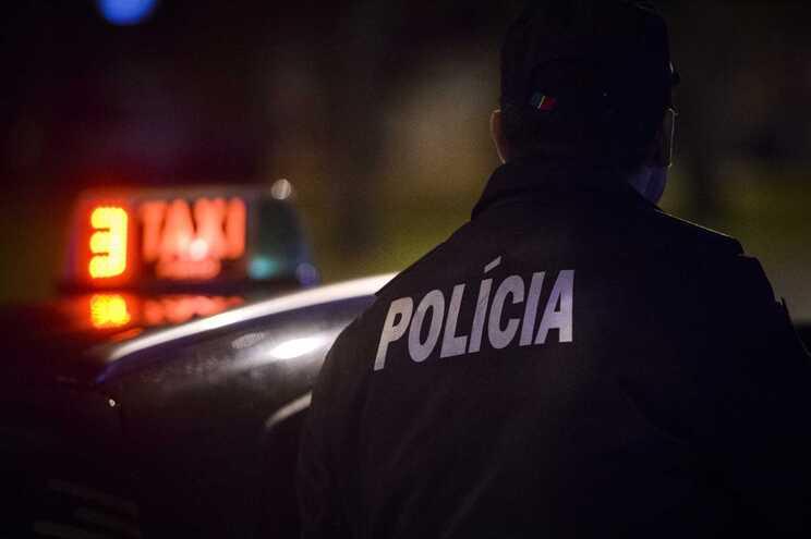 Acusado de roubar taxista, fugir e colidir contra o táxi
