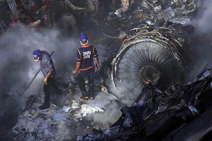 Duas pessoas sobreviveram à queda do avião no Paquistão