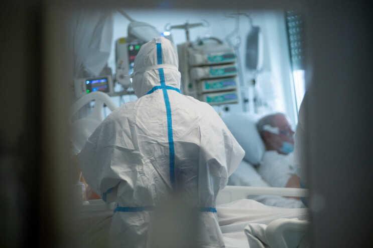 Novos casos de covid-19 caem para metade numa semana