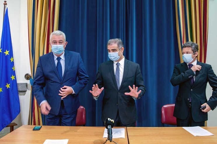 O presidente do Governo Regional dos Açores, José Manuel Bolieiro, ladeado pelo vice-presidente, Artur