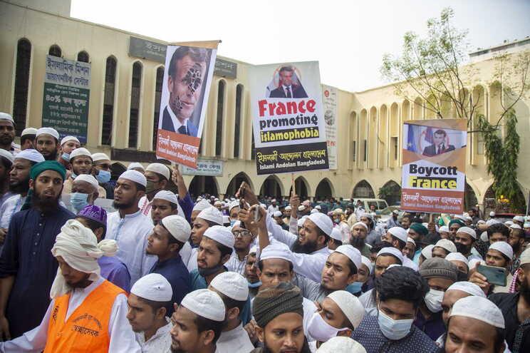 Dezenas de milhares de pessoas manifestaram-se em Daca, no Bangladesh, pelo boicote aos produtos franceses