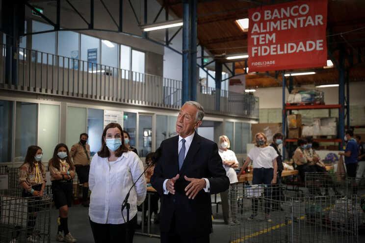 Marcelo Rebelo de Sousa durante uma visita ao Banco Alimentar Contra a Fome, em Lisboa