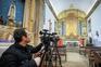 Vários bispos e padres têm recorrido às redes sociais para transmitir as celebrações realizadas à porta