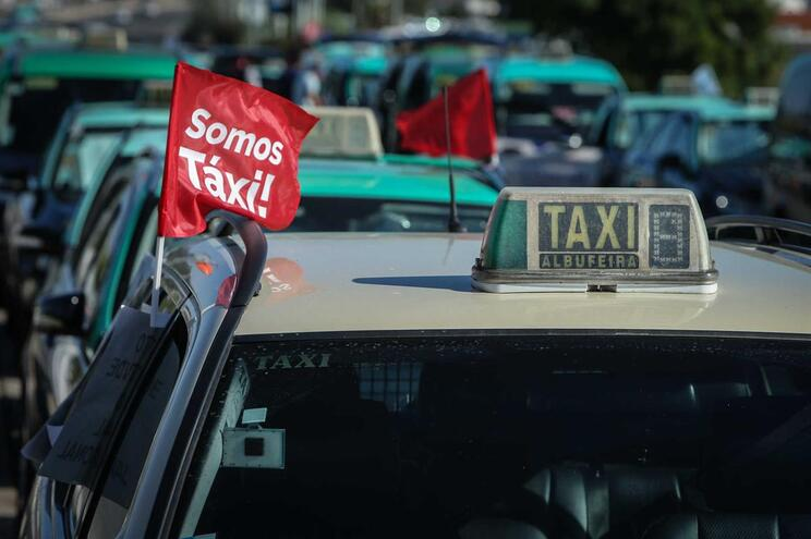 """Costa diz que """"situação de desigualdade existe, mas é em benefício do táxi"""""""