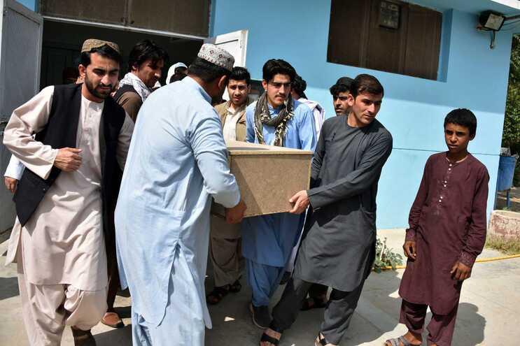 Familiares carregam o caixão com o corpo de Nemat Rawan