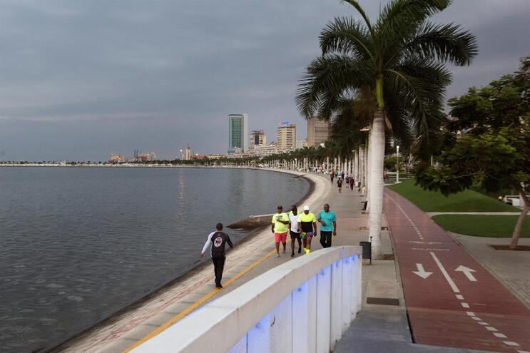 Detidos em Luanda a vender vacinas a estrangeiros por 12,5 euros