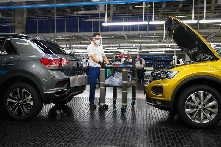 Um funcionário da Autoeuropa trabalha na construção do Volkswagen T-Roc na fábrica em Palmela