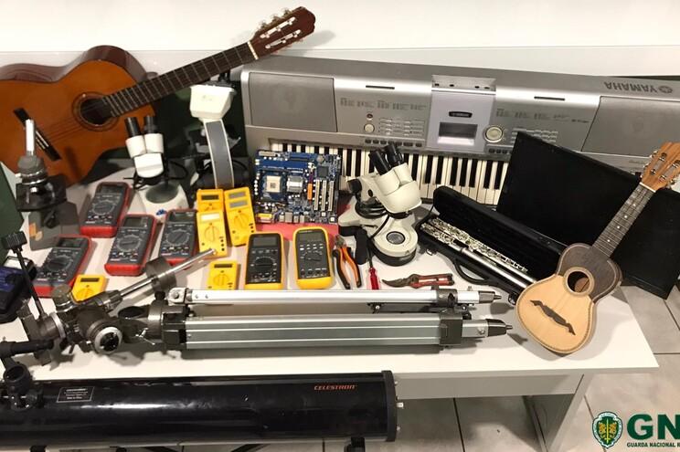 Foram recuperados uma viola, um piano, um cavaquinho, uma flauta, 12 afinadores, um telescópio e três