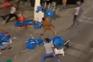 Incidente incluiu troca de agressões, arremesso de cadeiras e mesas e o atropelamento de três pessoas