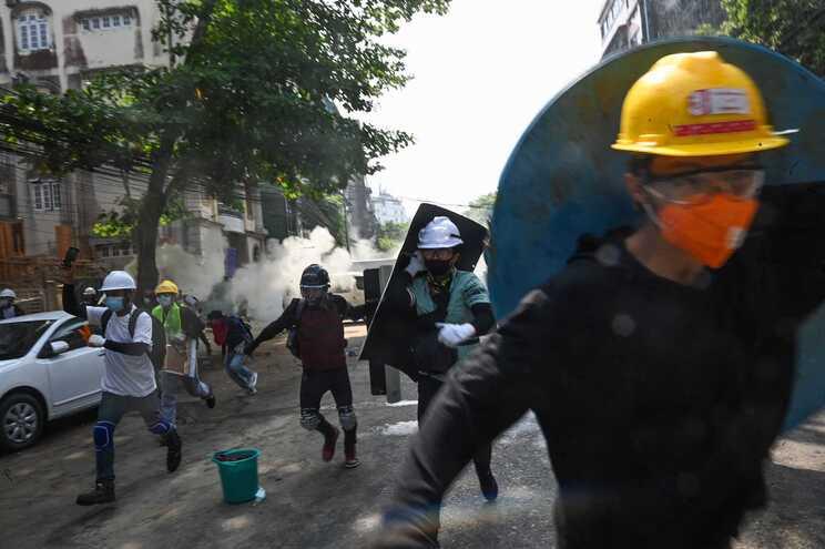A polícia disparou para dispersar protestos contra a junta militar em Myanmar
