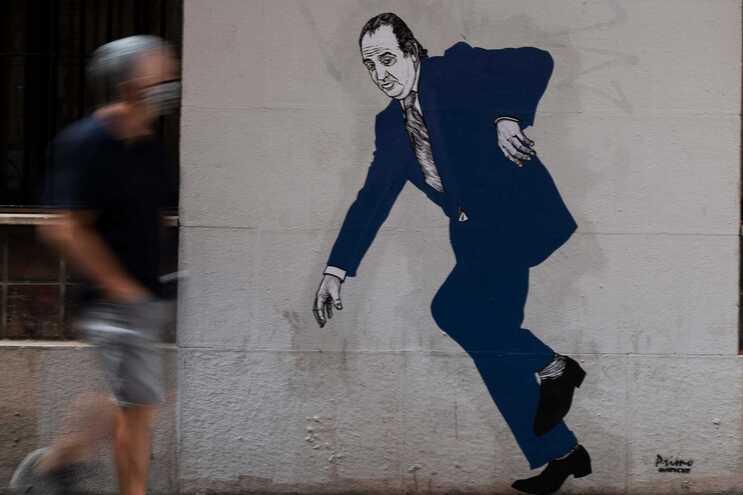 """Juan Carlos em fuga num grafitti desenhado por """"El Primo de Bansky"""", em Valência"""