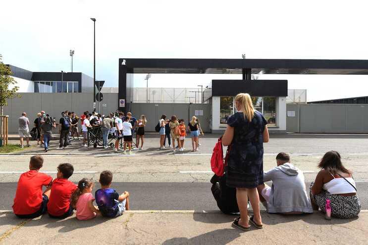 Dezenas de adeptos aguardaram por Cristiano Ronaldo à porta do centro de treinos da Juventus