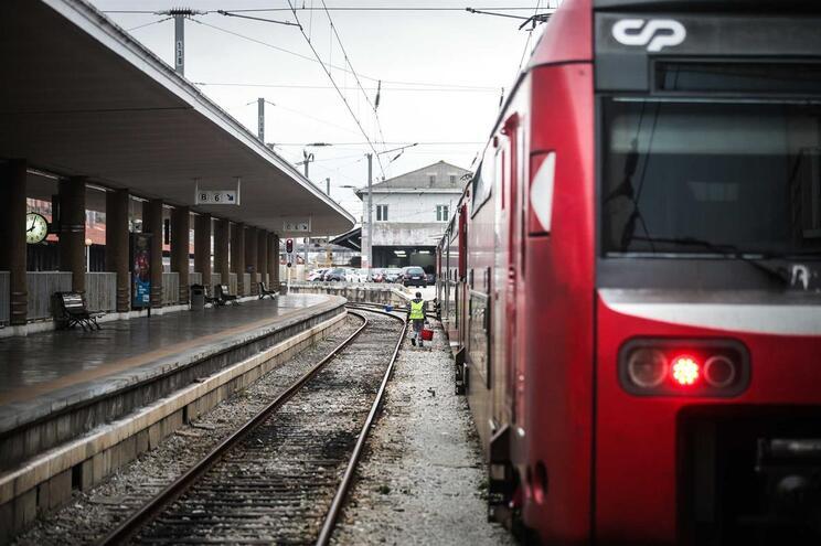 Greve afeta a circulação de comboios