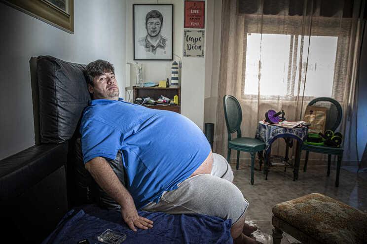 Bruno Godinho tem 37 anos e vive sozinho. Teme ficar acamado.