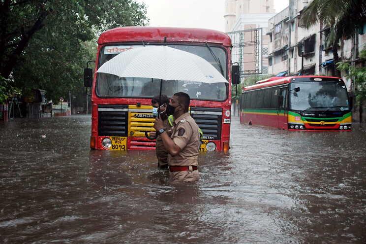 O ciclone Tauktae, que já matou 12 pessoas, deve atingir o continente na noite desta segunda-feira