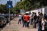 Fila longa no Centro de Vacinação no Regimento de Transmissões do Porto