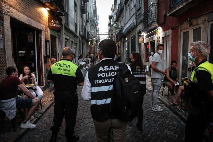Ação de fiscalização da ASAE em parceria com a Polícia Municipal de Lisboa, no Bairro Alto, em junho