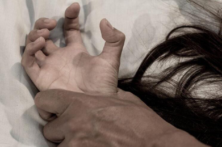 O agressor foi logo detido e acaba de ser acusado de crimes de violência doméstica e tentativa de homicídio