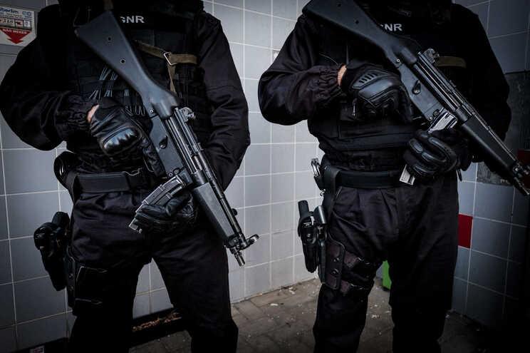 Operação visa apreender armas usadas em disputa entre grupos rivais