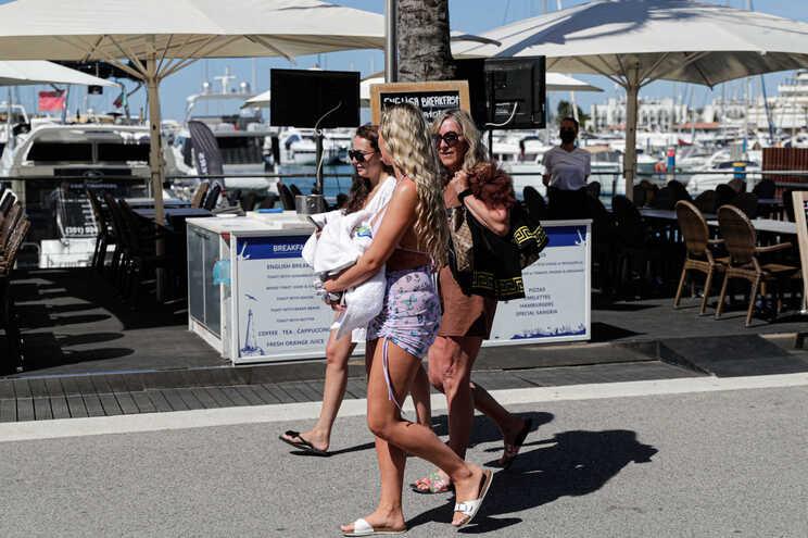 Turistas passeiam na marina de Vilamoura