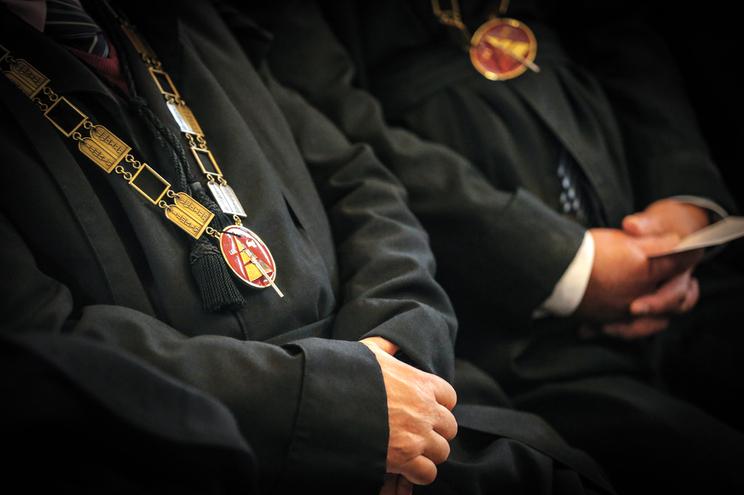 Juízes presidentes escolhidos antes de concluírem formação