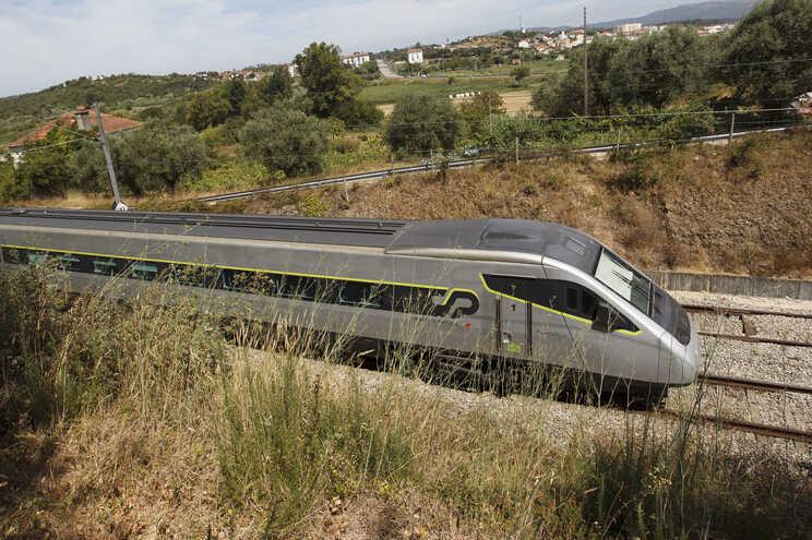 Voo Lisboa - Porto desnecessário quando viagem de comboio demorar 1.15 horas