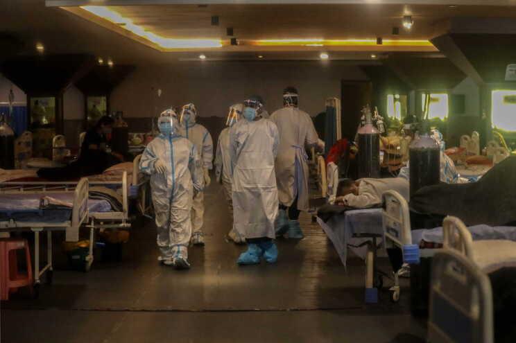 Índia com menos de 300 mil casos de covid pela primeira vez em 25 dias