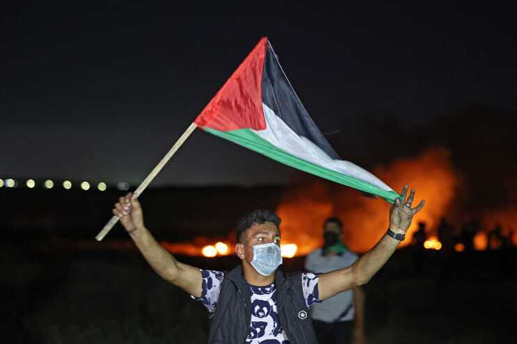 Palestiniano protesta junto à fronteira com Israel em Gaza