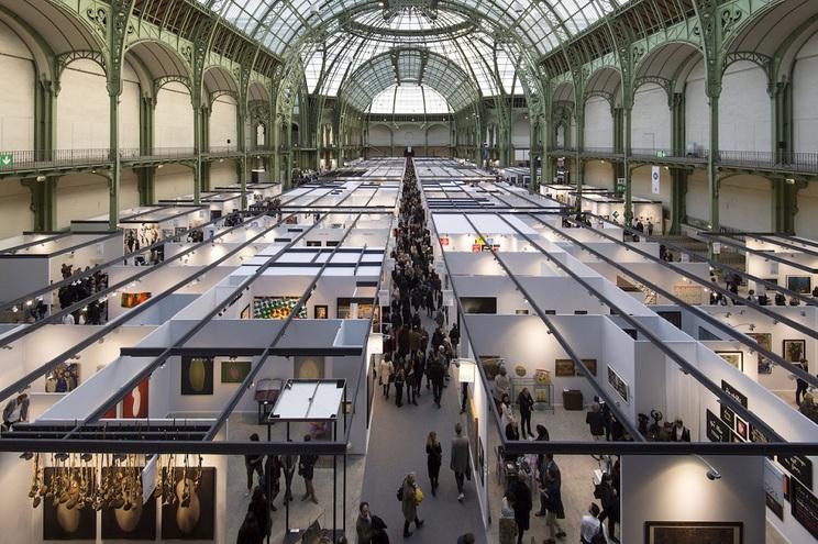 Os visitantes podem encontrar online pinturas, desenhos, fotografias, objetos e escultura