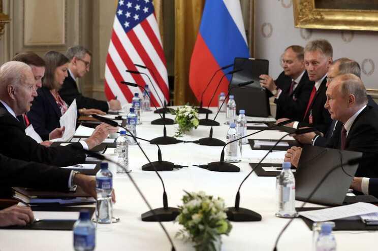 Os presidentes dos Estados Unidos, Joe Biden, e da Rússia, Vladimir Putin, durante a cimeira em Genebra