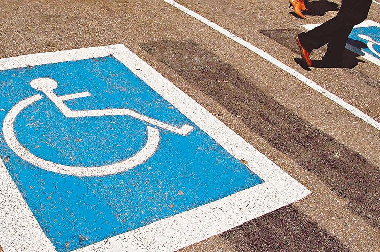Mulher levou homem já morto ao banco numa cadeira de rodas