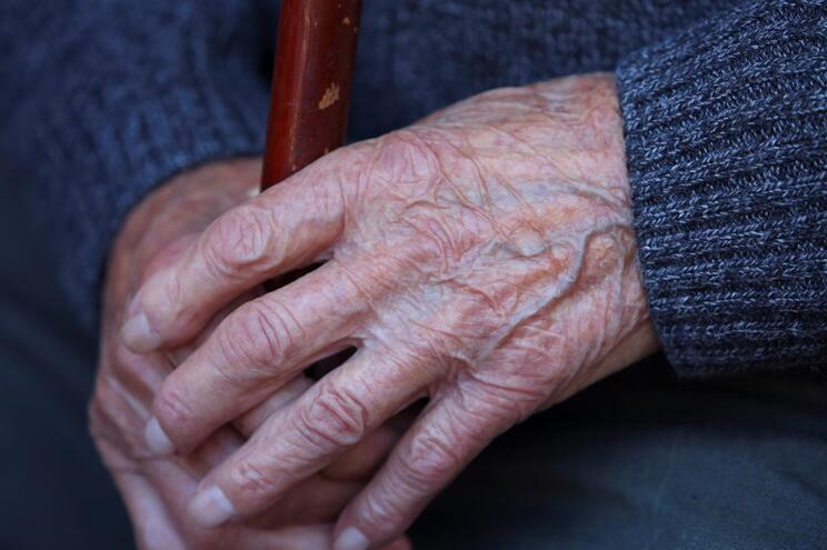 Vizinhos ouviram idosa pedir ajuda