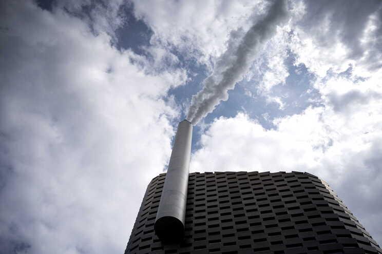 Emissões de carbono devem atingir pico em 2023, alerta agência internacional